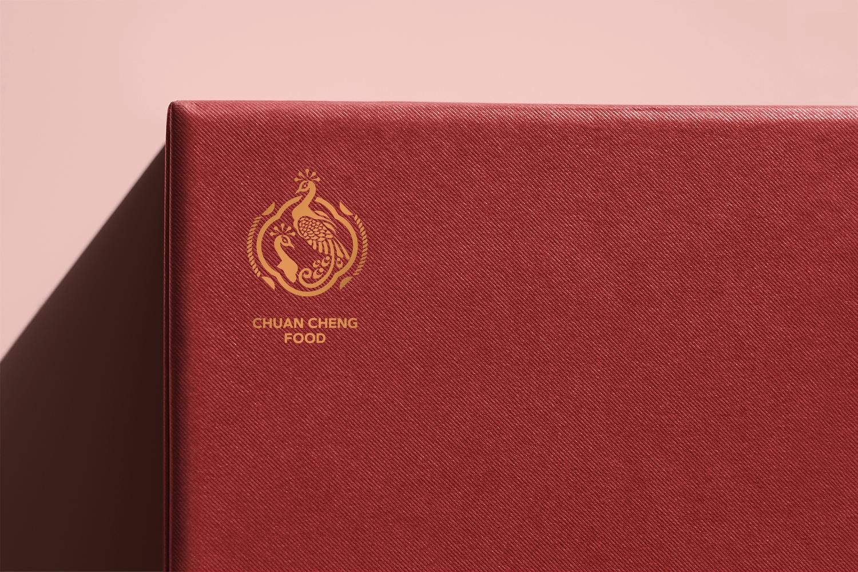 泉成食品logo設計,以中國風裡象徵吉祥富貴的孔雀,傳遞美好的寓意。